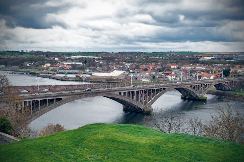 Pont royal de tweed, le pont en route bétonnée à travers le tweed de rivière entre le Berwick-sur-tweed et Tweedmouth en Angleter photographie stock libre de droits