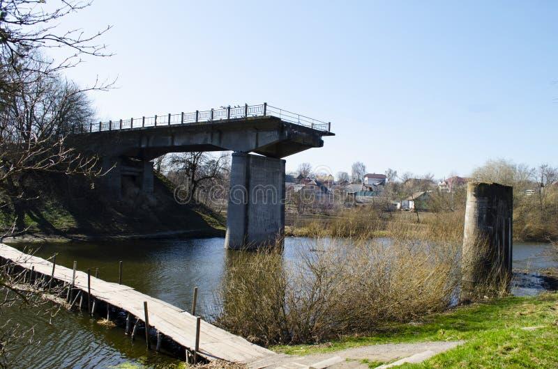 Pont ruiné à travers la rivière photo libre de droits