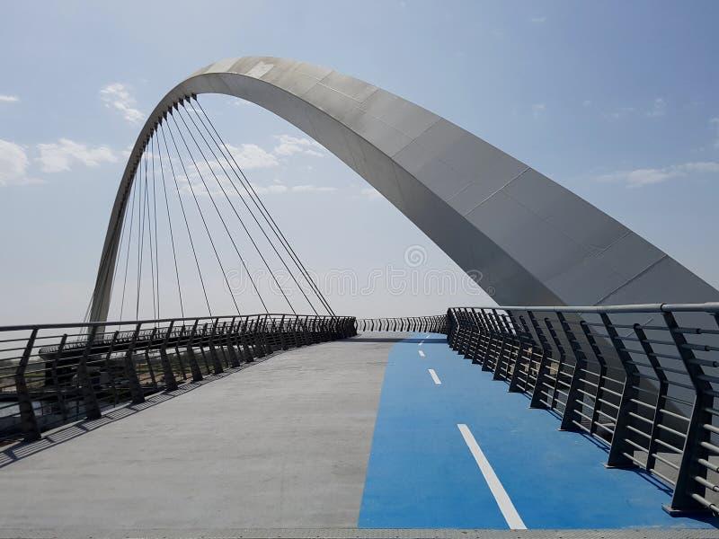 Pont séparé dans deux pour assurer la circulation douce et sûre des bicyclettes et des piétons photographie stock