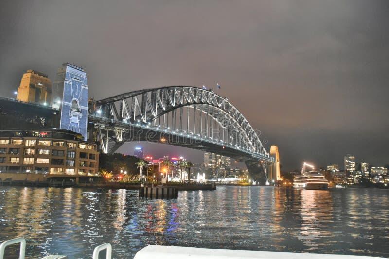 Pont sous ciel nuageux gris pendant la nuit images stock