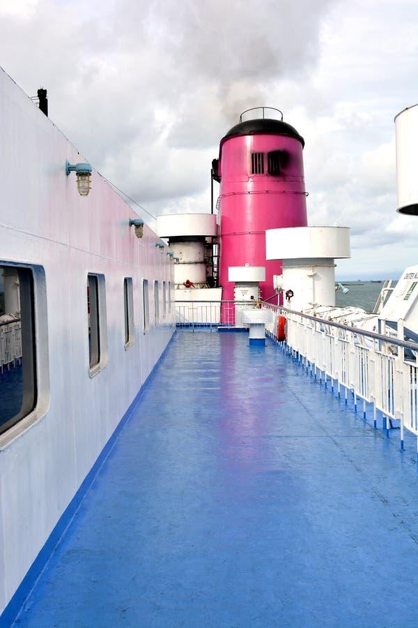 Pont supérieur commercial de bateau un beau matin photos stock