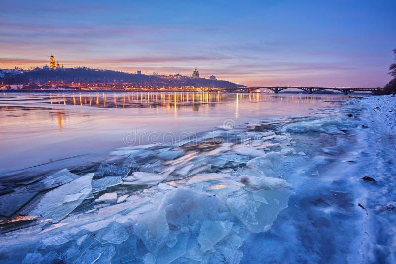 Pont sur la rivière Dnieper le soir La lumière de lanterne est référence photo libre de droits