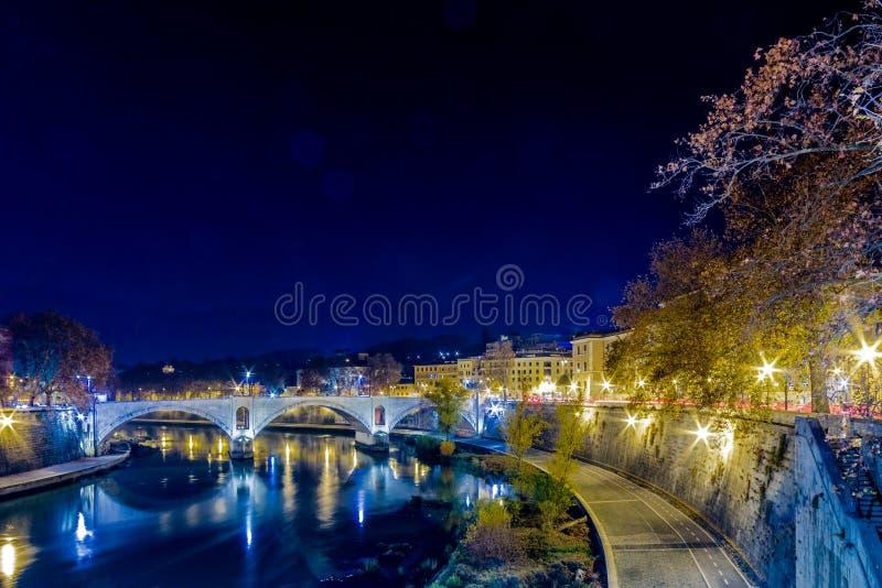 Pont sur la rivière du Tibre à Rome photo libre de droits
