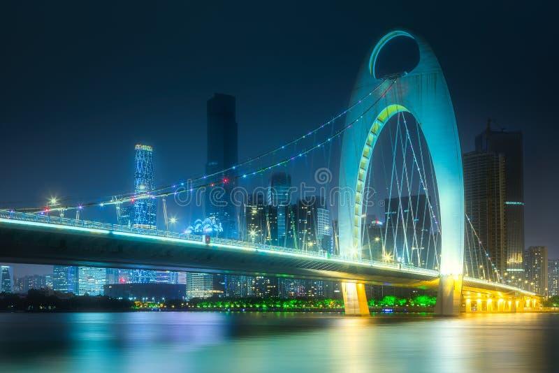 Pont sur la rivière Zhujiang et l'horizon de Guangzhou photos stock