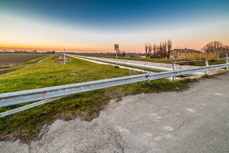 pont sur le canal de l'eau photos libres de droits