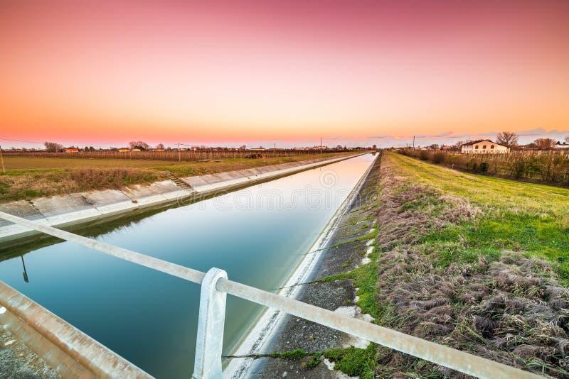 pont sur le canal de l'eau image libre de droits