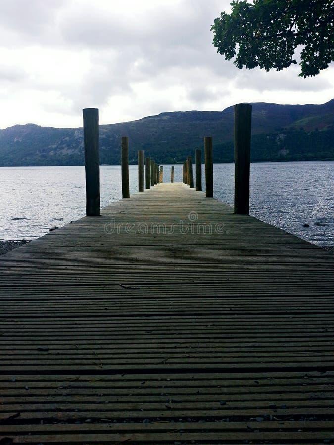 Pont sur le lac photographie stock