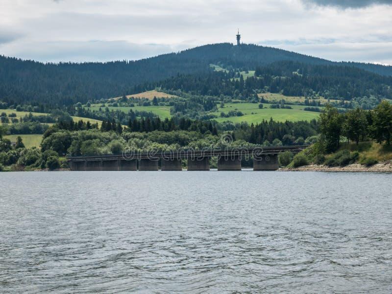 Pont sur le lac de Namiestov image libre de droits