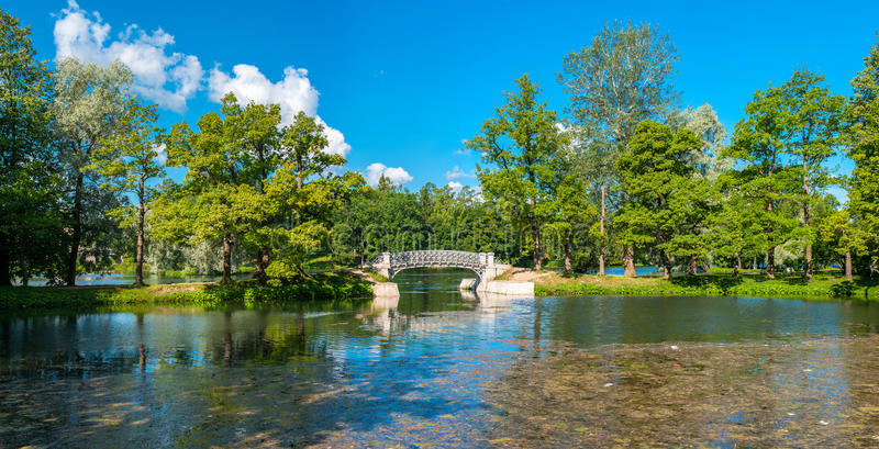 Pont sur un lac images libres de droits