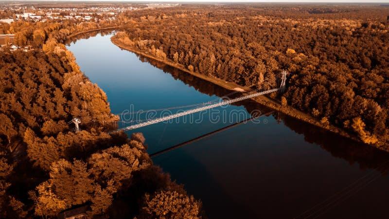 Pont suspendu au-dessus de la rivière photographie aérienne d'un bourdon photos stock