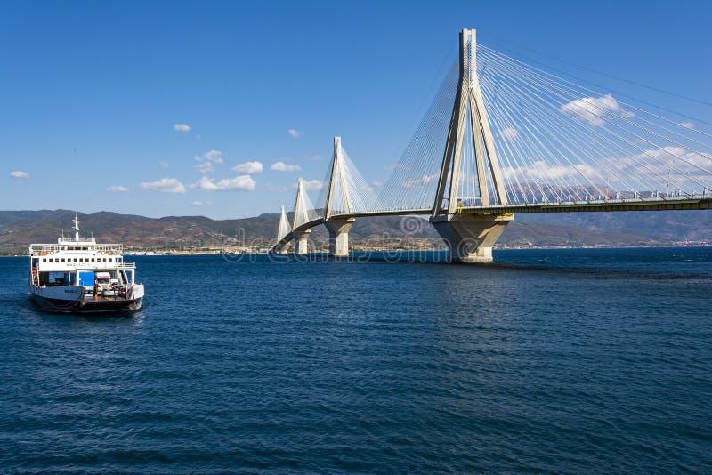 pont suspendu Câble-resté croisant le détroit de Golfe de Corinthe, Grèce photo libre de droits