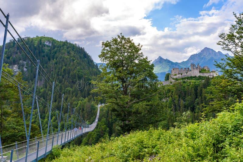Pont suspendu chez Reutte entre deux collines dans le beau paysage de paysage des Alpes, le Tirol, Autriche image libre de droits