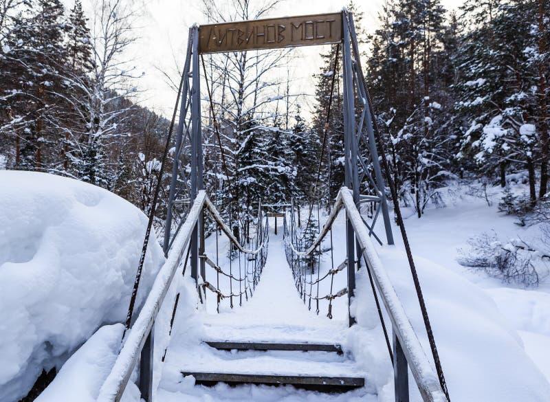 Pont suspendu de câble au-dessus de rivière de Belokurikha Station de vacances Belokurika images stock