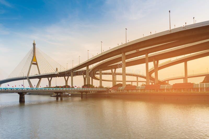 Pont suspendu de la Thaïlande Rama9 avec l'intersection de route photos stock