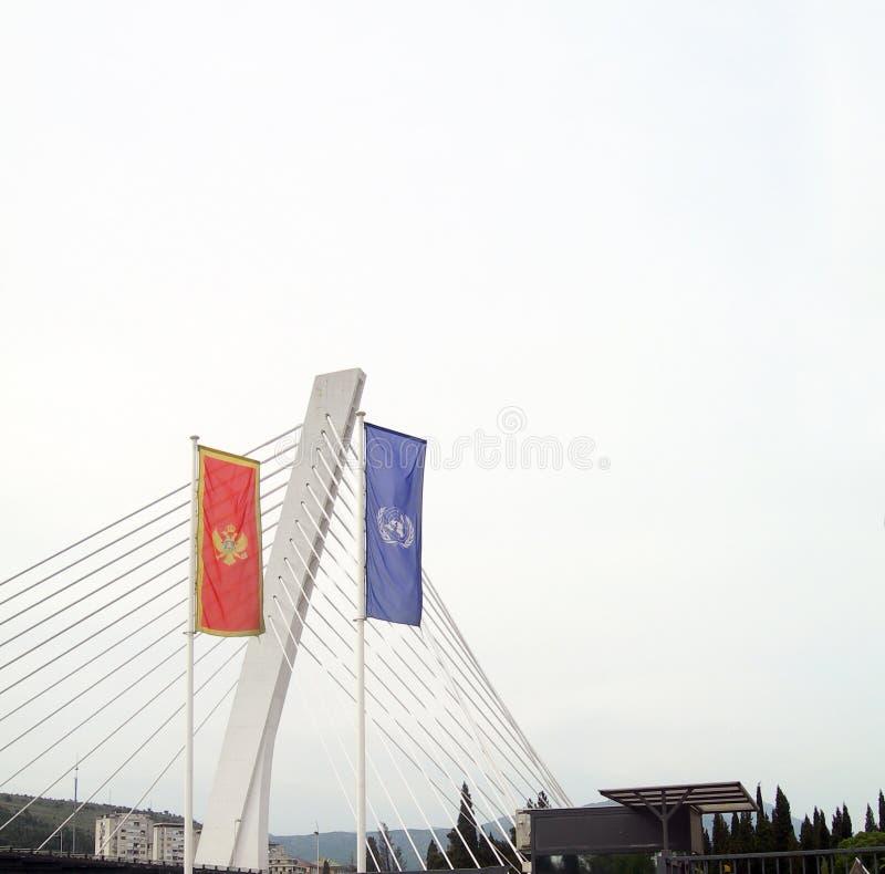 Pont suspendu de millénaire au-dessus de rivière Moraca Podgorica Montene image stock
