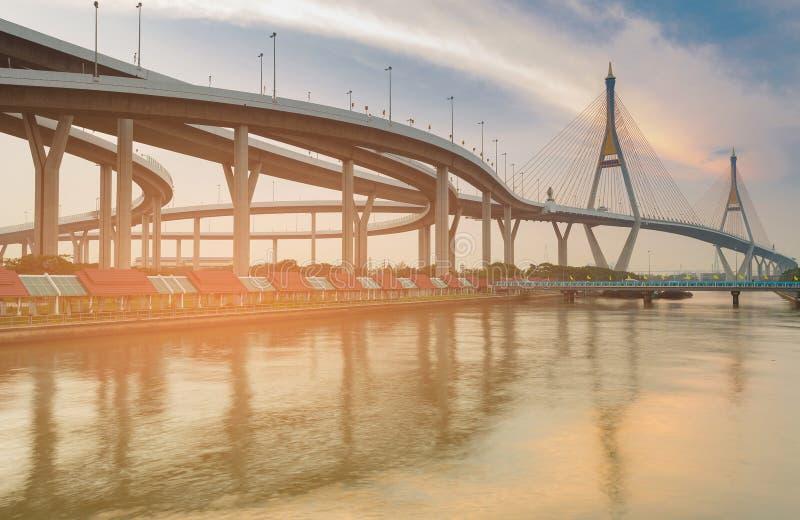 Pont suspendu de ville de Bangkok double photographie stock