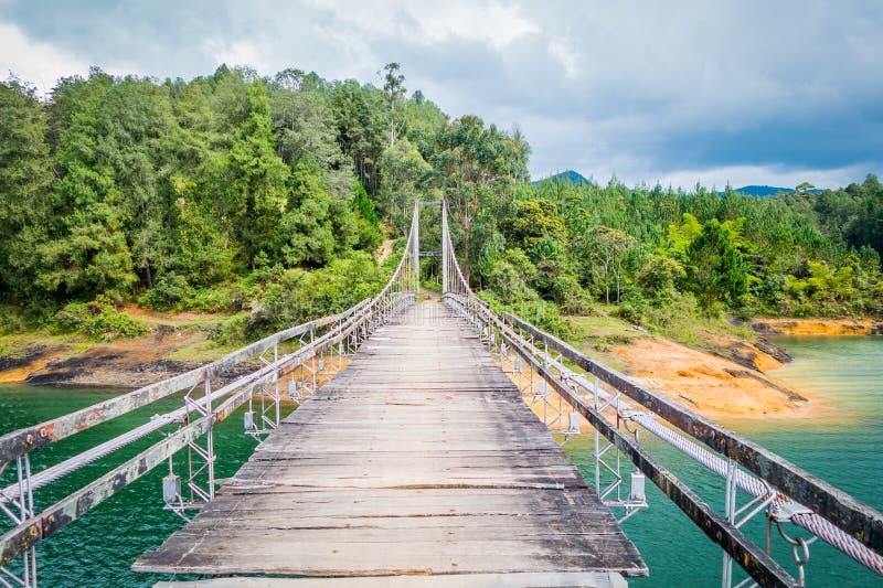 Pont suspendu en bois dans Guatape, Colombie image stock