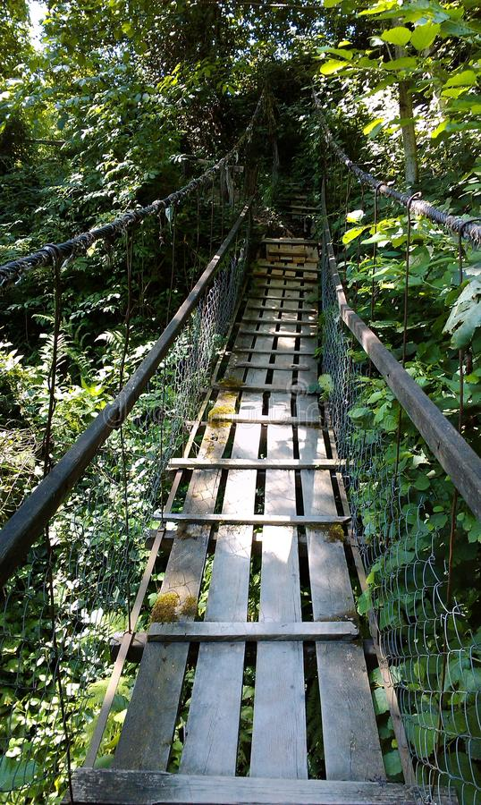 Pont suspendu, région de Sotchi, les toilettes de village photos libres de droits