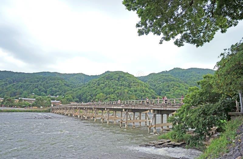 Pont traditionnel, sentier piéton, montagne, pont, rivière rapide dans J images libres de droits