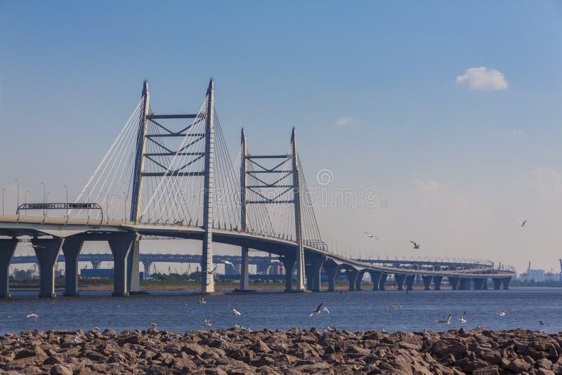 Pont ultra-rapide occidental de diamètre de St Petersburg à travers le Gul photo stock