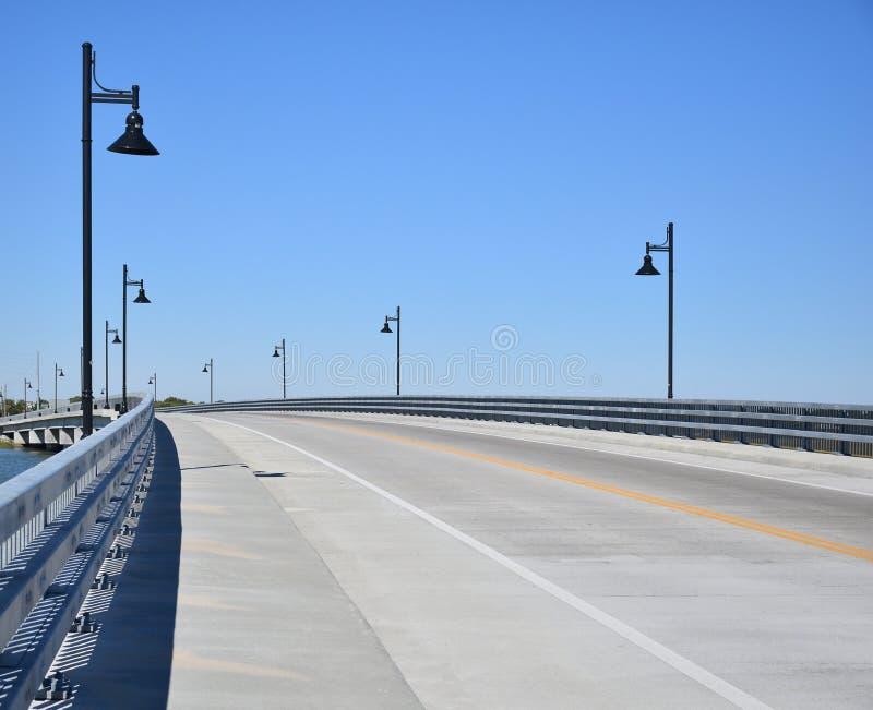 Pont vide en route pendant la journée images libres de droits