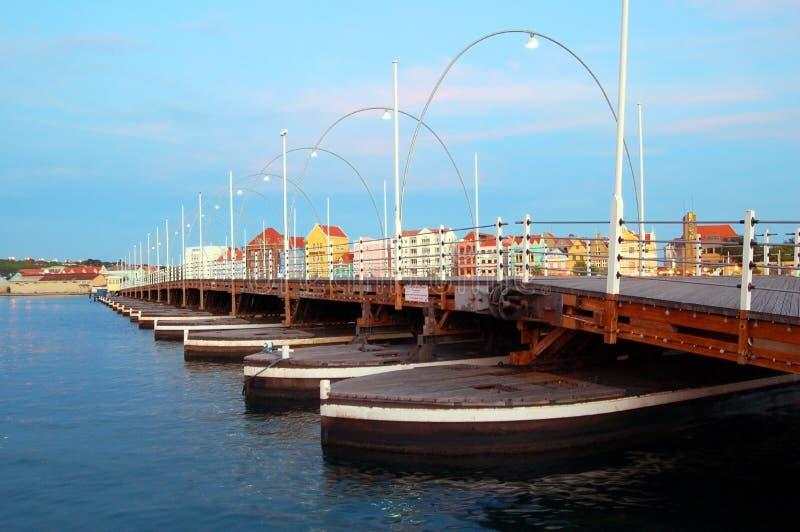 Pont Willemstad d'Emma avec les maisons colorées images libres de droits