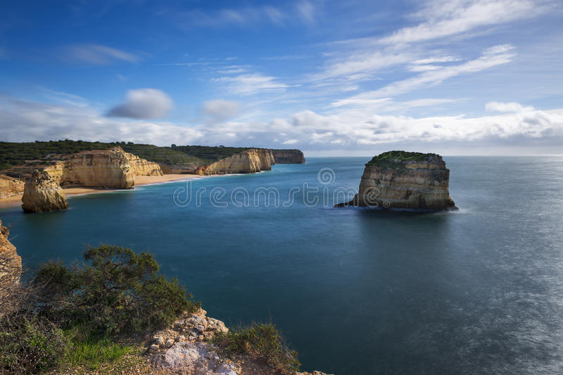从Ponta的阿尔加威海岸线的舒展和海滩在Ferragudo,阿尔加威,葡萄牙做法坛海角 库存图片