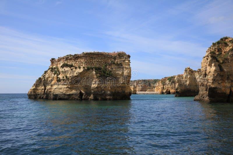 Ponta DA Piedade con formaciones de roca erosionadas y arcos naturales lagos portugal imagen de archivo libre de regalías