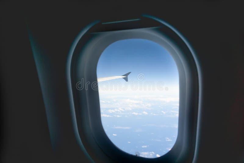Ponta de asa plana através da janela em voo imagens de stock