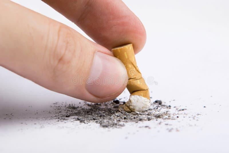 Ponta de cigarro em uma mão foto de stock