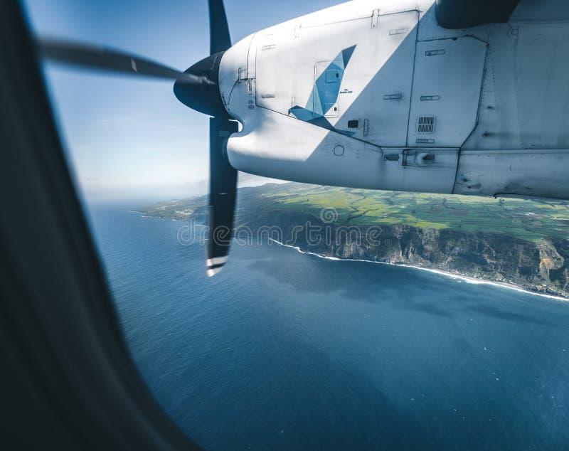 Ponta Delgada Açores - 13 de julho de 2019: Ilha de Faial vista do avião comercial de Acores do ar de SATA na maneira a Horta imagem de stock royalty free
