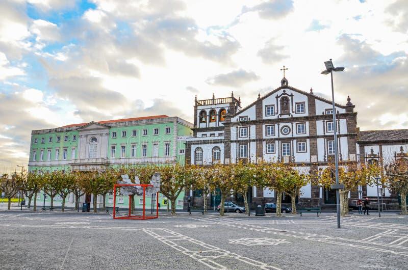 Ponta Delgada, Azorerna, Portugal - den 12 januari 2020: Kobolt kvadrat i den portugisiska stadens historiska centrum Traditionel arkivbilder