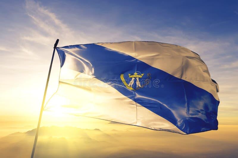 Ponta Grossa z Brazylijskiej flagi machającej na mgle wschód słońca zdjęcie royalty free