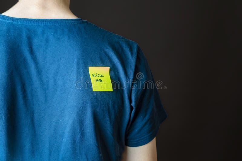 Pontapé amarelo da colagem da mão mim etiqueta em pessoas para trás no dia b do tolo do aprill imagem de stock