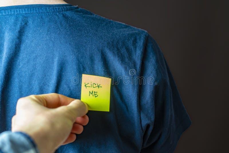 Pontapé amarelo da colagem da mão mim etiqueta em pessoas para trás no dia b do tolo do aprill fotografia de stock