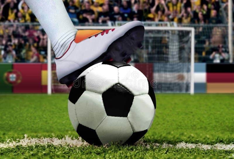 Pontapé de grande penalidade do futebol com cheering espectador fotografia de stock royalty free