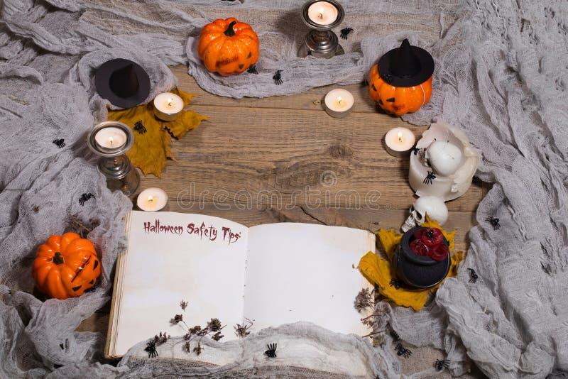 Pontas da segurança de Dia das Bruxas Livro aberto do bewithcment imagens de stock royalty free