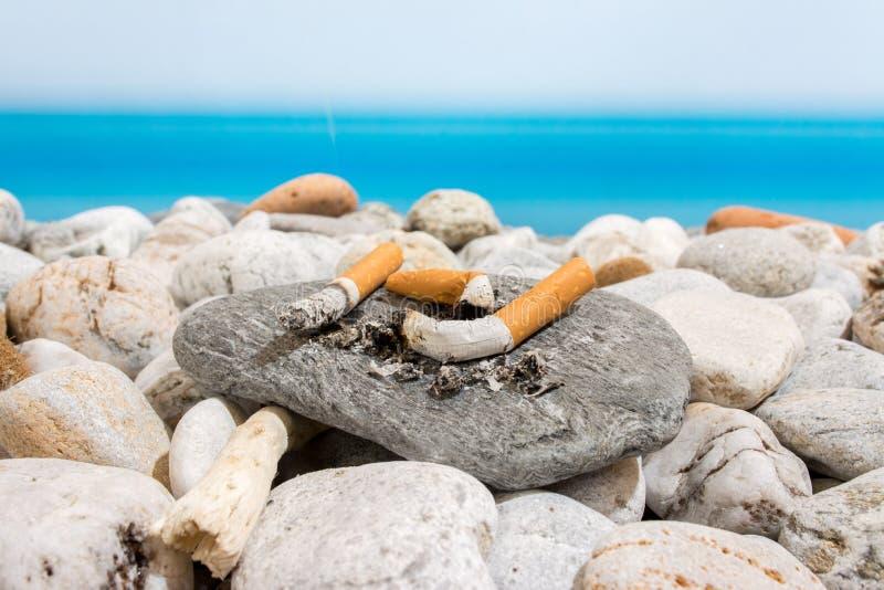 Pontas de cigarro no fotografia de stock royalty free