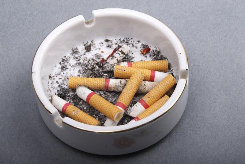 Pontas de cigarro no cinzeiro fotos de stock royalty free