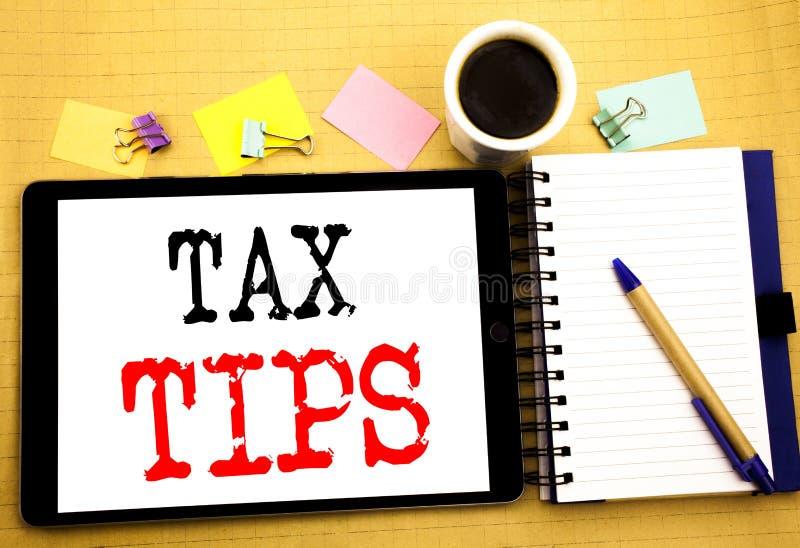 Pontas do imposto Conceito do negócio para o reembolso do reembolso do auxílio do contribuinte escrito no portátil da tabuleta, f fotografia de stock
