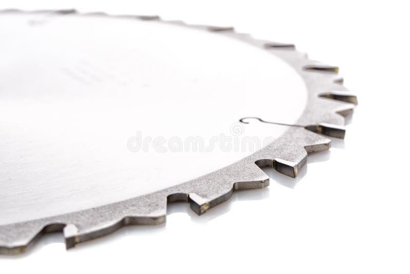 Pontas dos dentes de uma lâmina de serra de rasgo nova em um branco imagem de stock royalty free