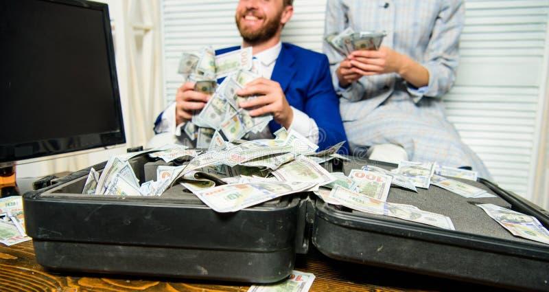 Pontas fáceis do negócio do lucro Os colegas felizes alegres do homem e da mulher jogam acima cédulas do dólar Lucro e riqueza fotos de stock royalty free