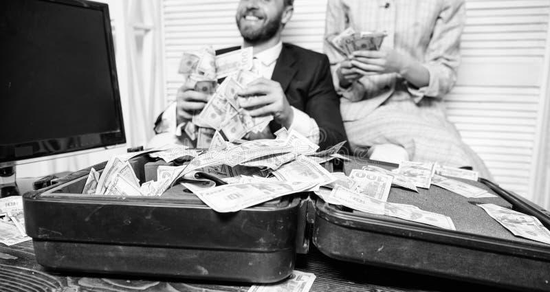 Pontas f?ceis do neg?cio do lucro Os colegas felizes alegres do homem e da mulher jogam acima c?dulas do d?lar Lucro e riqueza fotos de stock