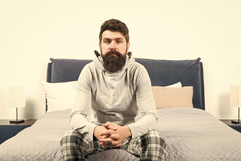 Pontas para acordar cedo Pijamas sonolentos da cara do moderno farpado do homem que acordam o interior do quarto Programa??o di?r fotografia de stock