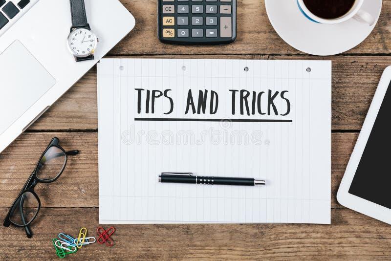 Pontas, truques no caderno na mesa de escritório com informática  fotografia de stock royalty free