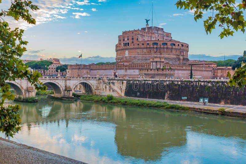 Ponte和Castel Sant `安吉洛看法在台伯河的日落的 免版税库存图片