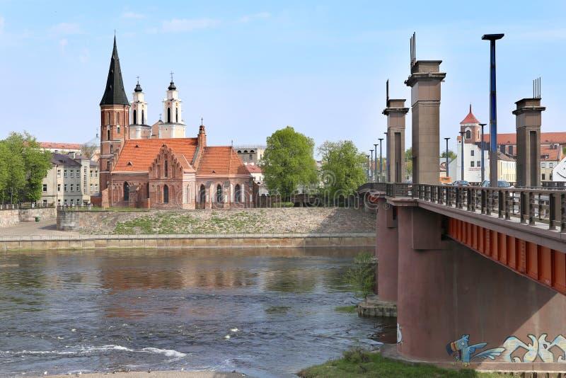 Ponte à cidade velha, igreja gótico perto do rio fotos de stock royalty free
