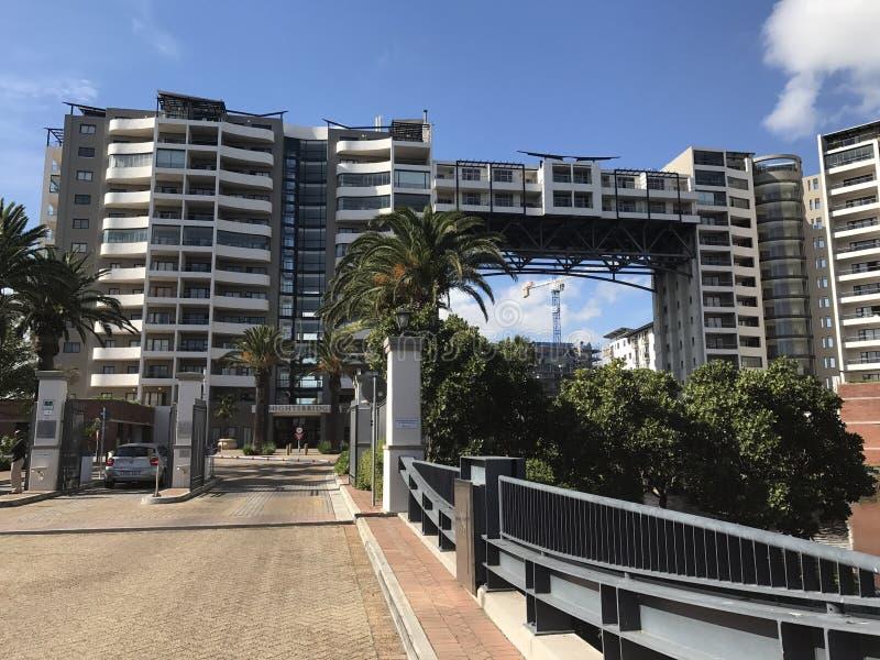 Ponte à cidade viva superior do cabo do lago do apartamento fotos de stock royalty free