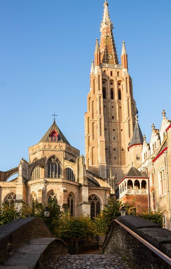 Ponte à igreja de Vrouwekerk, Bruges imagem de stock