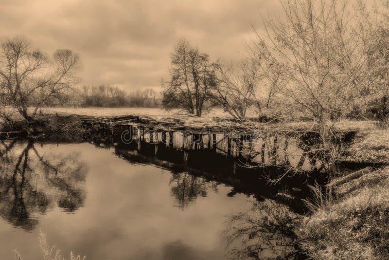 Ponte abandonada de madeira velha imagens de stock royalty free